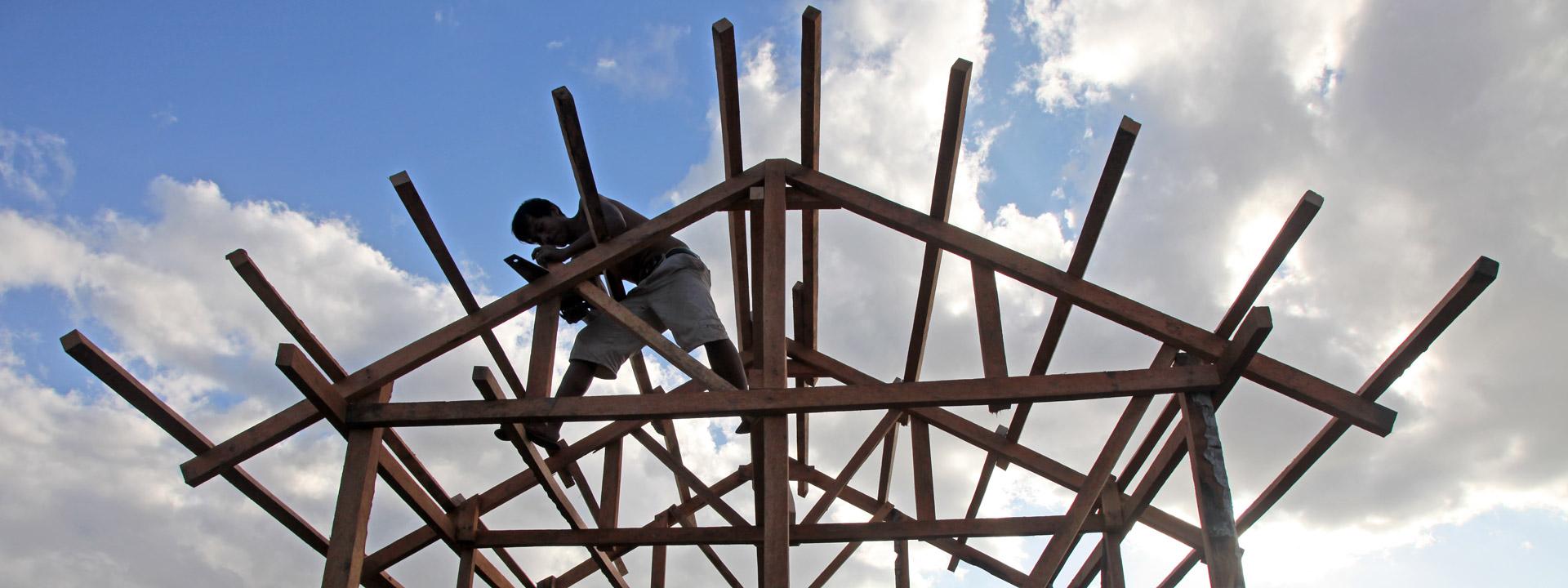 Foto: Ein philippinischer Mann baut in einem Holzständerwerk