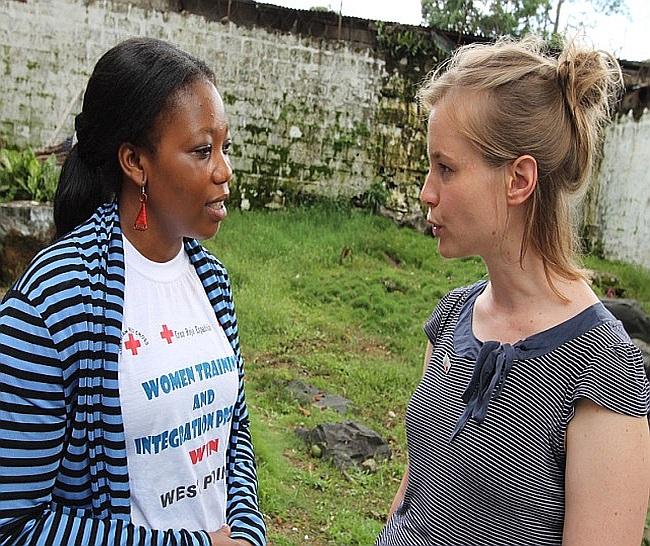 DRK-Delegierte mit einer Mitarbeiterin des Liberianischen Roten Kreuzes
