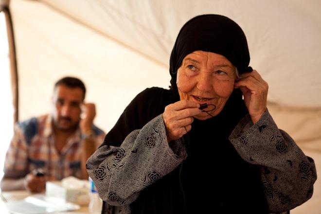 Foto: eine ältere syrische Frau teleofniert.
