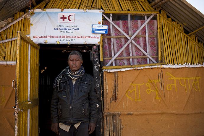 Ein nepalesischer Mann vor seiner Notunterkunft