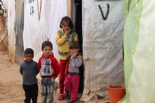 Foto: Flüchtlingskinder vor einem Zelt.