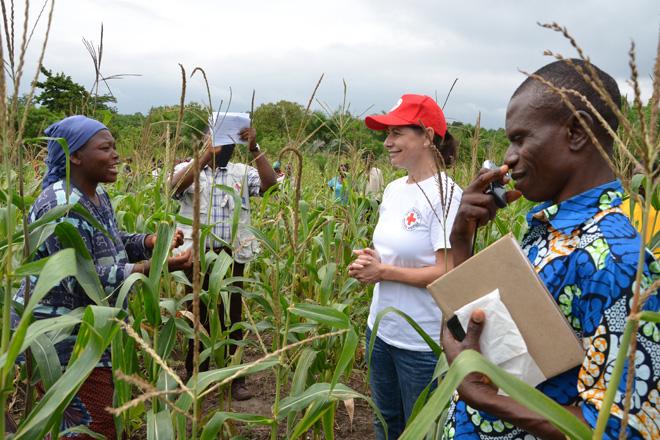 Foto: DRK-Mitarbeiterin im Gespräch mit einer togolesichen Projekt-Teilnehmerin