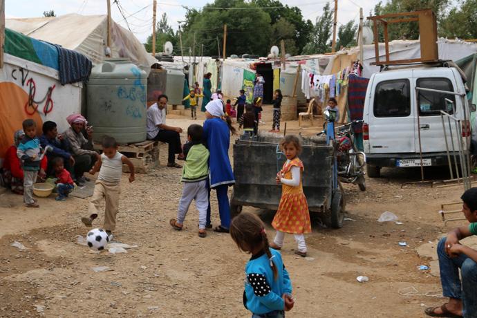 Etwa 200 Menschen leben in Quoob Elias - viele von ihnen Kinder. Sie vertreiben sich die Zeit u. a. mit Fußball. Foto: R. Brunnert/ DRK