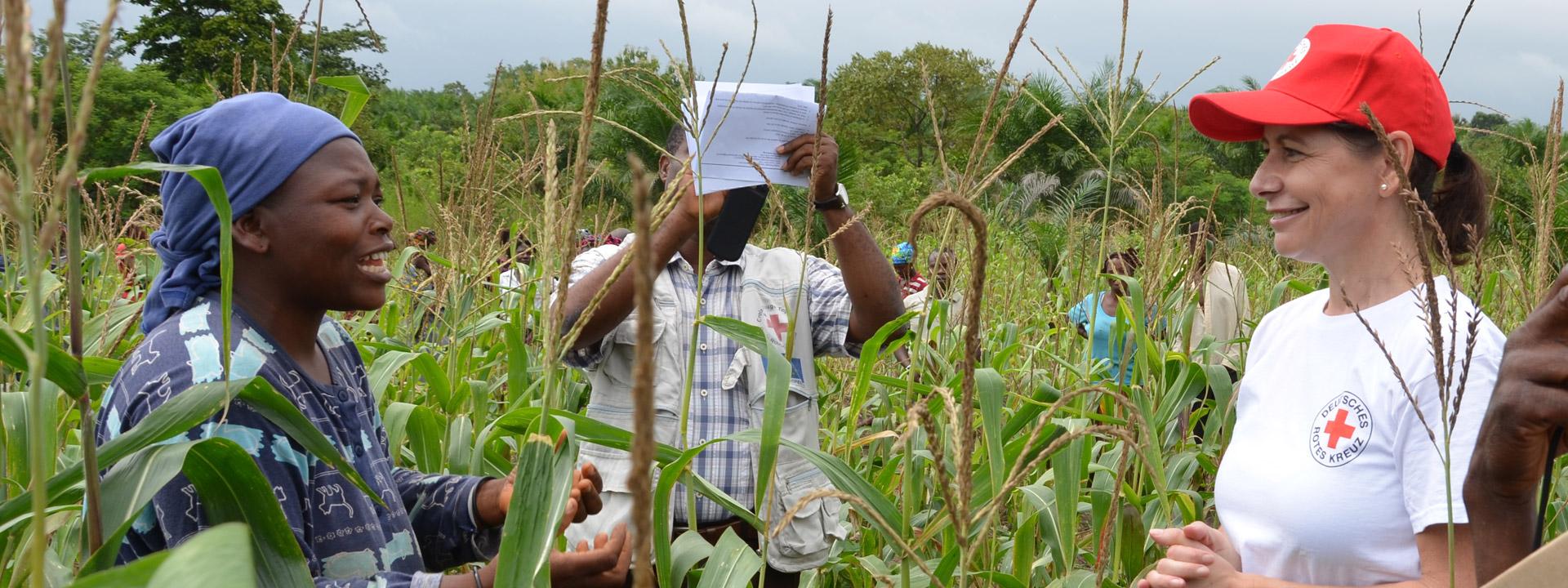 Foto: DRK-Mitarbeiterin im Gespräch mit eiener togolesichen Projektteilnehmerin