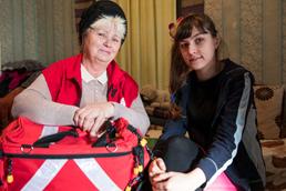 Foto: Ukrainische Krankenschwester mit einer jungen Patientin