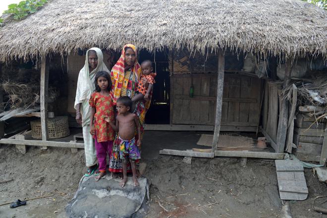 Leben in einem gefährdeten Ufergebiet: Mohima Begum und ihre Famlie. Foto: DRK