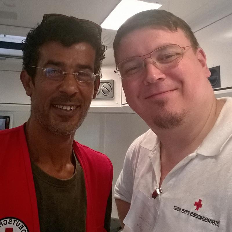 Foto: Zwei Männer von Roten Kreuz