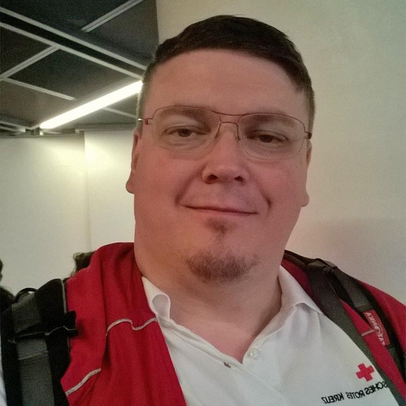 Foto: Portrait eines Rotkreuzmitarbeiters.