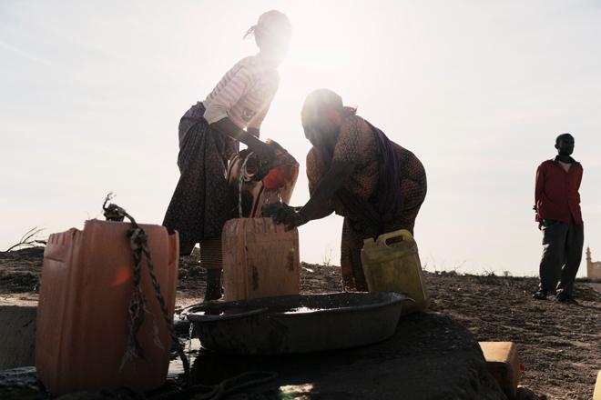 Hodan Aden (links) und Adar Aden holen Wasser vom Wasserreservoir ihres Dorfes. Foto: Aapo Huhta/ Finnisches Rotes Kreuz
