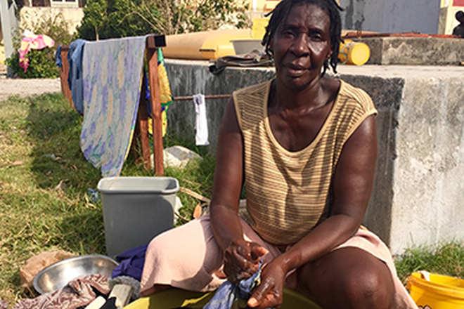 Foto: Die Haitianierin Elmita Nodeis wäscht im Hof einer Schule.