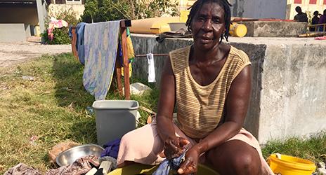 Elmita Nodeis, 51 sitzt vor einer Schule, die zur Notunterkunft wurde
