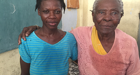 Yvette Smith und ihre Großmutter in Les Cayes, Haiti.