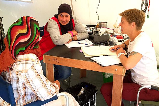 Ariane Schürmann mit einer Kollegin und einer Patientin während einer Sprechstunde.