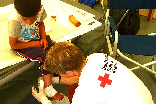 Ariane Schürmann verarztet einen kleinen Patienten.