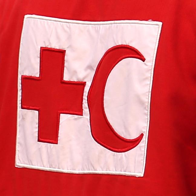 Foto: Das Logo des IFRC auf einer Weste (Ausschnitt).