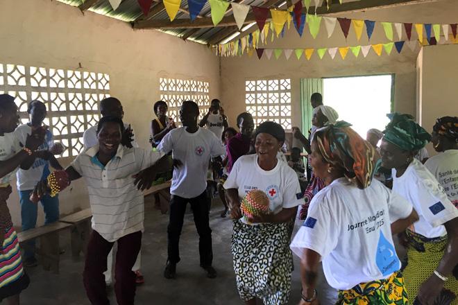 Foto: Tanzende Männer und Frauen in Togo.