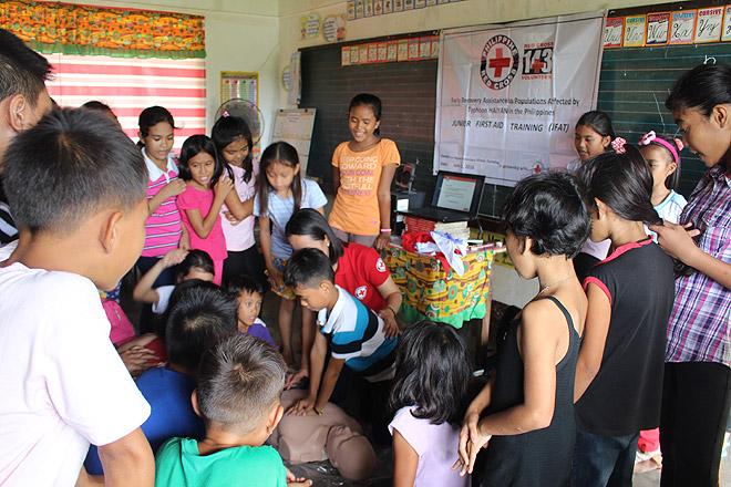 Philippinische Kinder lernen Erste Hilfe