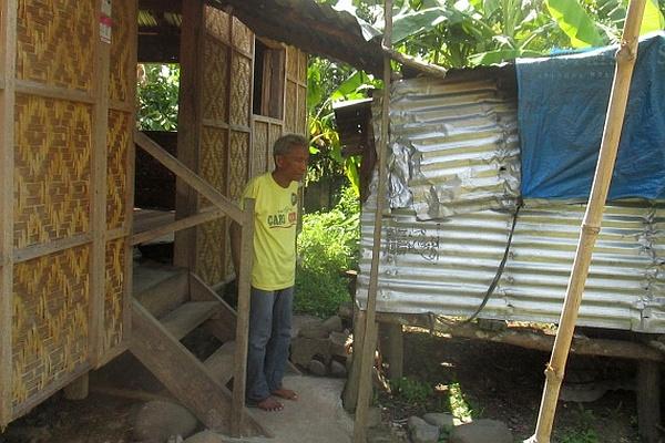 Ein Begünstigter des Wiederaufbauprogramms vor seinem Haus.