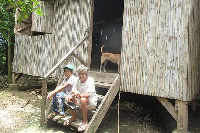 Älteres philippinisches Ehepaar vor seinem neuen Haus