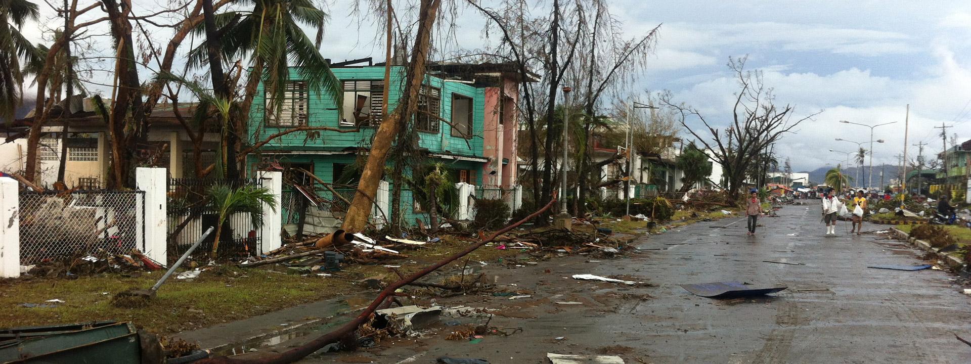 Foto: Eine Straße auf den Philippinen mit zerstörten Häusern.