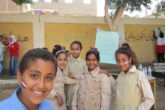 Ägyptische Jungen udn Mädchen auf einem Schulhof