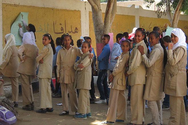 Ägyptische Mädchen auf dem Schulhof