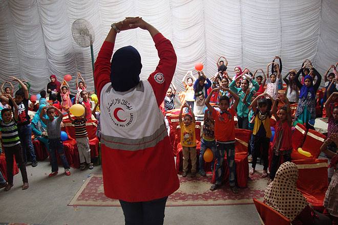 Mitarbeiterin des Ägyptischen Roten Halbmonds unterrichtet Schulkinder