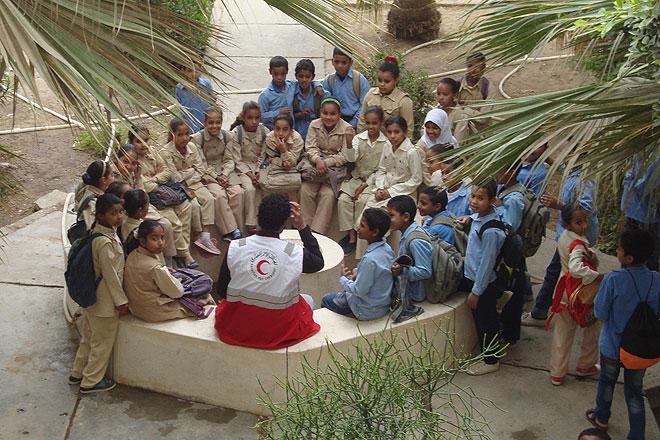 Schlkuinder aus Ägypten sitzen in Kreis