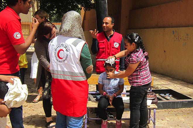 Schulkinder und Mitarbeiter des Ägyptischen Roten Halbmonds