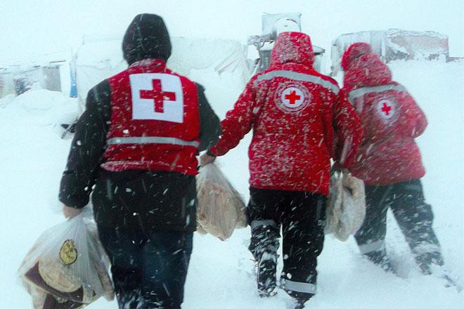 Helfer des Roten Kreuzes bereiten Winterhilfe im Libanon vor