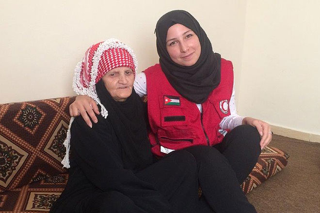 Als Bargeldempfängerin in Irbid ist Hasna auf die Unterstützung der Mitarbeiter des Jordanischen Roten Halbmonds angewiesen. Hier ist sie mit einer Mitarbeiterin zu sehen.
