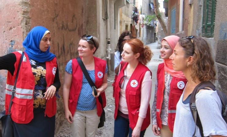 DRK-Mitarbeiter auf Rundgang durch Kairoer Viertel