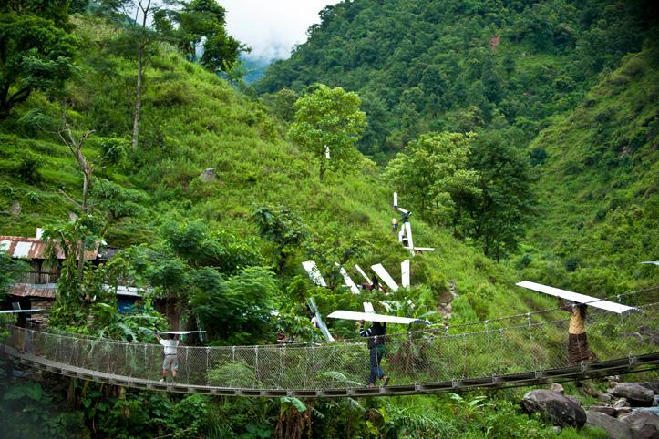 Erdbebenhilfe vom DRK: In den Bergen Nepals tragen Menschen Wellblech.