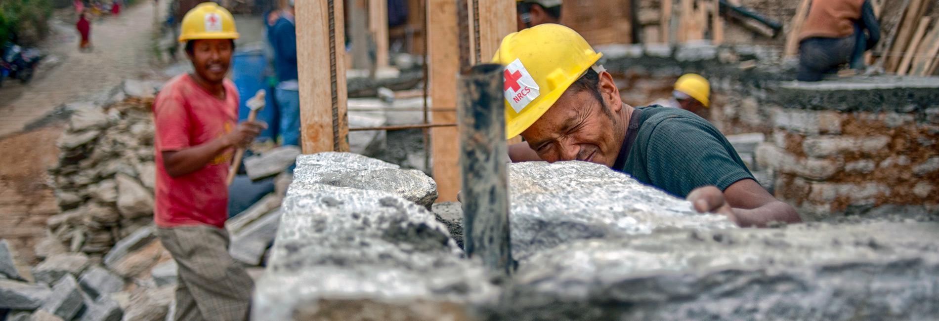 Erdbebenhilfe: Ein nepalesischer Rotkreuzmitarbeiter prüft die Ausrichtung einer Wand.