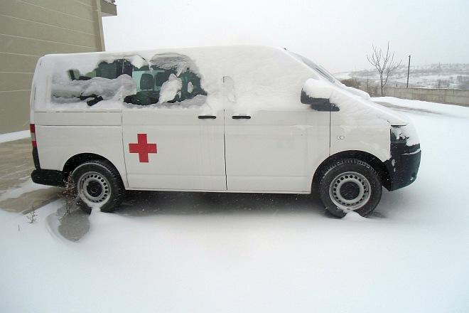 Rotkreuzfahrzeug im Schnee