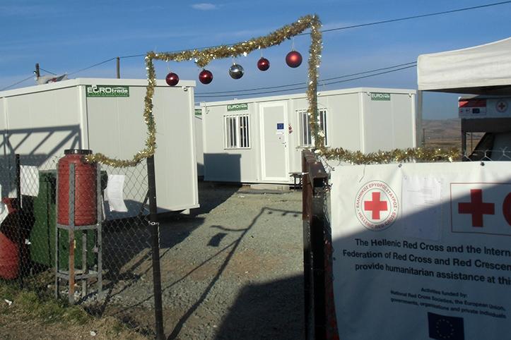 Foto: eine Girlande mit Weihnachtskugeln am Eingang zur Gesundheitsstation in Nea Kavala