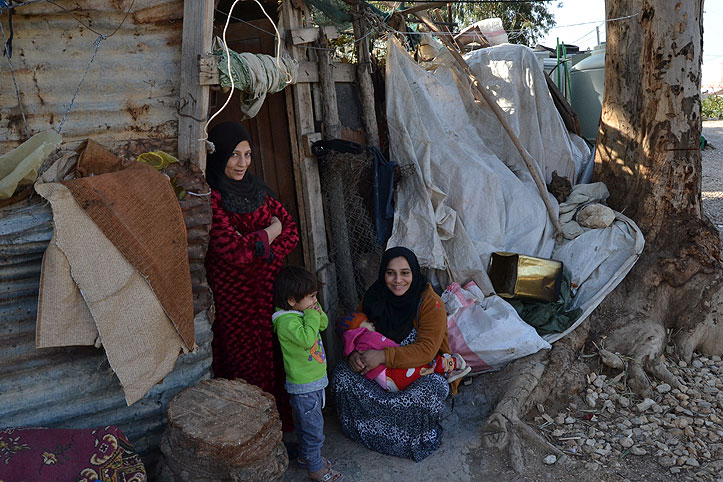 Zwei syrische Frauen und zwei Kinder im Flüchtlingscamp Zahrani