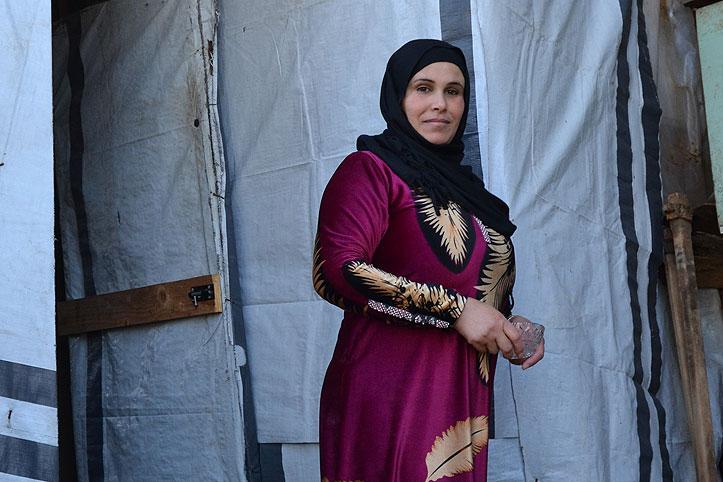 Eine syrische frau mit schwarzem Kopftuch im Flüchtlingscamp Zahrani im Libanon
