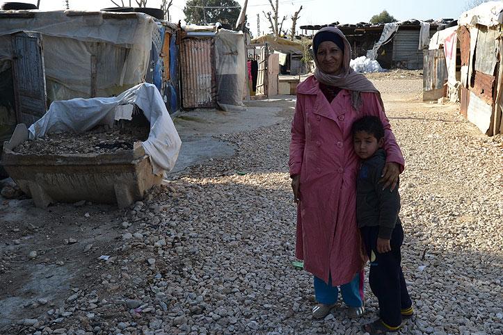 Eine syrische Frau und ein kleiner Junge im Flüchtlingscamp Zahrani im Libanon.