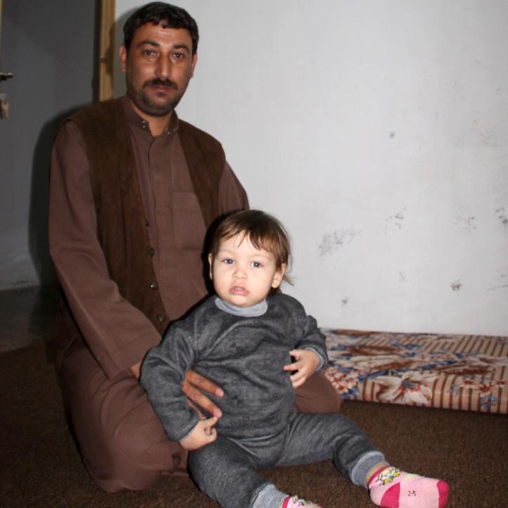Foto: Ein geflüchteter syrischer Vater mit seiner Tochter - er erhält Bargeldhilfe vom DRK