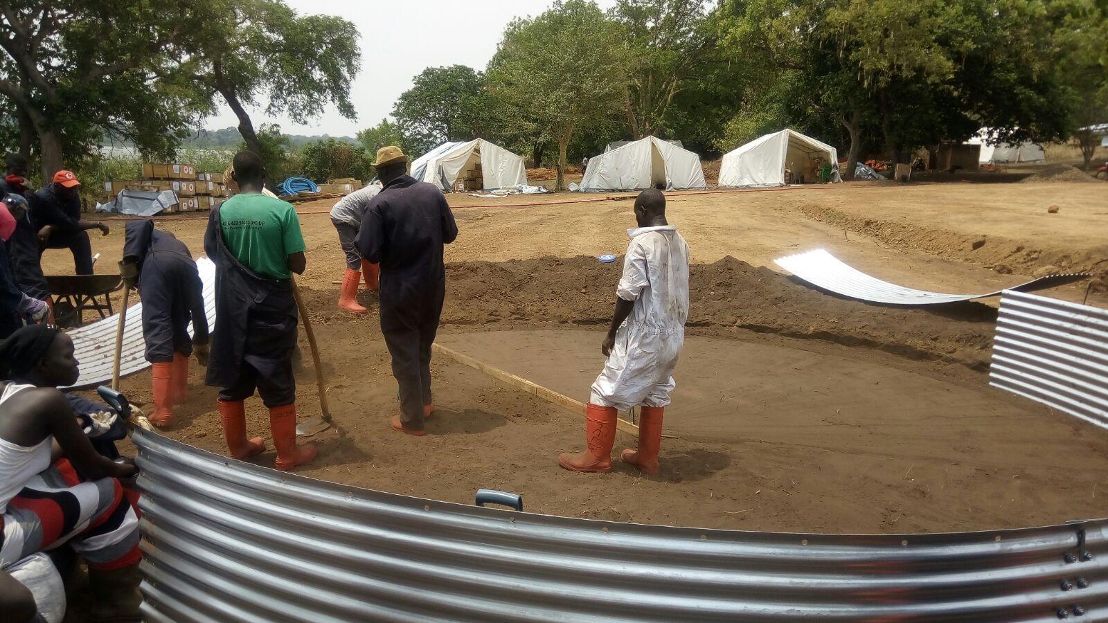 Der Aufbau der Wasseraufbereitungsanlage in Uganda