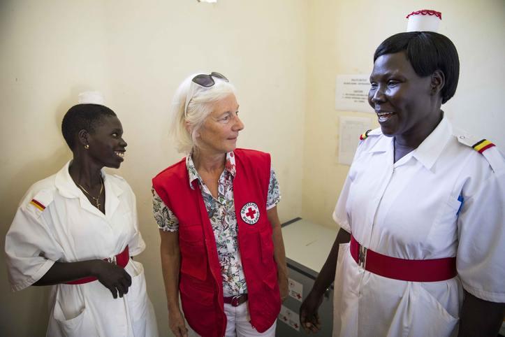 DRK-Vizepräsidentin Schenck zu Schweinsberg und Rotkreuzmitarbeiterinnen in Uganda