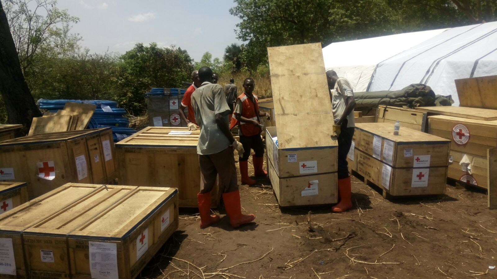 Anlieferung der Teile der Wasseraufbereitungsanlage in Uganda