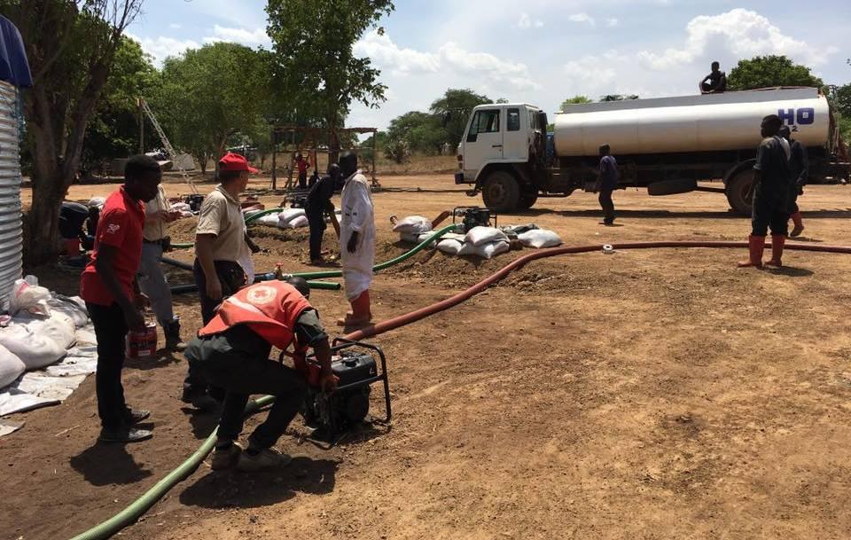 Befüllung der Wasseraufbereitungsanlage in Uganda