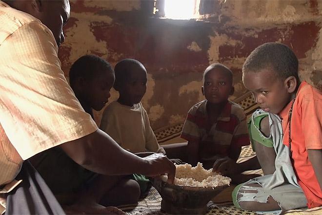 Eine Familie aus Somalia beim Essen