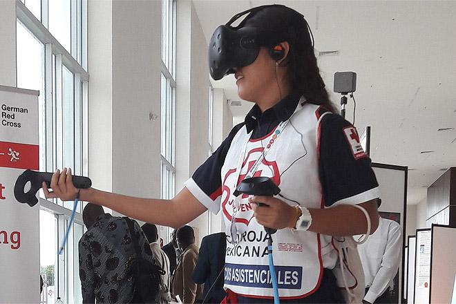 Eine Testerin testet das Modell für vorhersagebasierter Finanzierung in der Virtual Reality auf der Global Platform for Disaster Risk Reduction