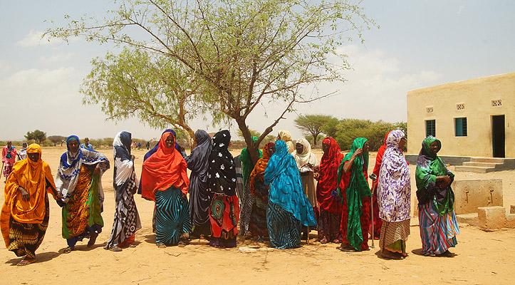 Buntgekleidete somalische Frauen unter einem Baum.