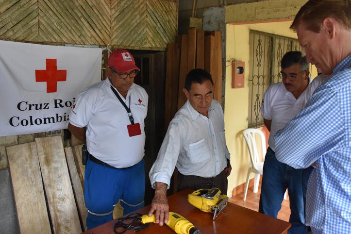 Foto: ein kolumbianischer Tischler zeigt seine neuen Arbeitsgeräte