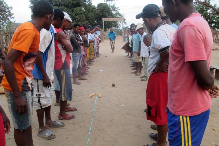 Foto: Madagassen stehen sich beim Rollenspiel in Zwei Gruppen gegebüber
