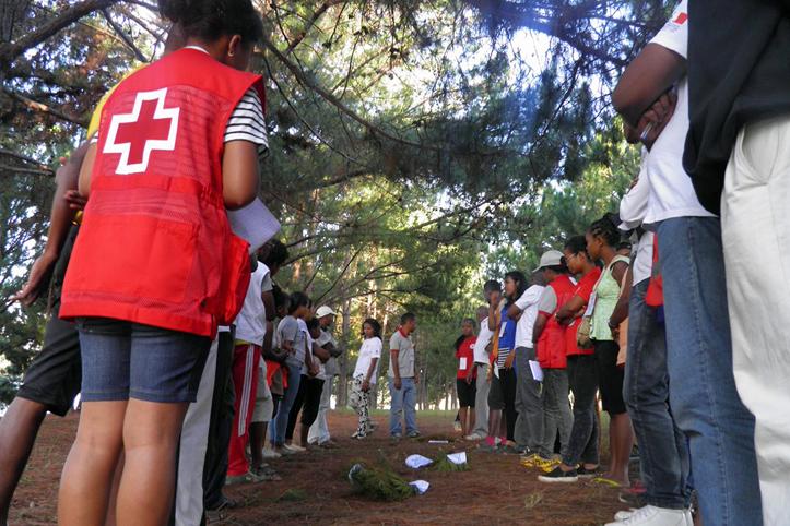 Foto: Madagassen stehen sich beim Klimaspiel gegenüber.